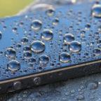 Smartphone mit Wassertropfen