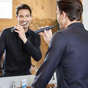 Mann-putzt-Zähne
