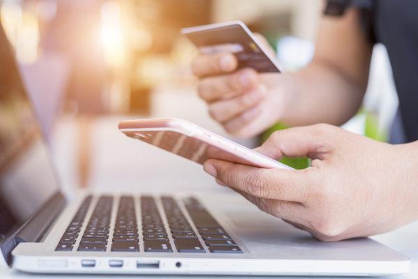 Laptop-Kreditkarte-Handy-Smartphone-bezahlen