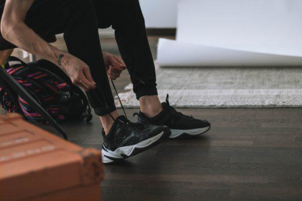 Sneaker anziehen