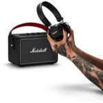 Marshall-Box-und-Kopfhörer