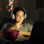 Frau-Videostreaming-Laptop