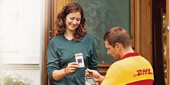 Frau hält DHL-Boten ihr Handy hin
