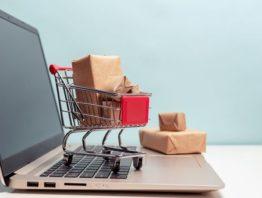 Einkaufswagen und Pakete auf PC