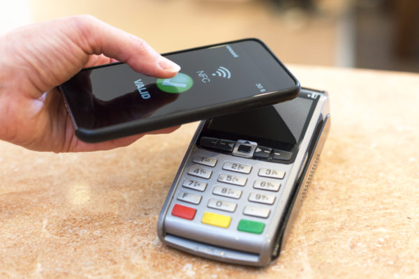 Smartphone_kontaktlos_zahlen