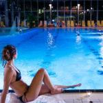 Frau-am-Pool