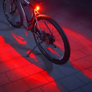 FISCHER_Twin_Fahrrad-Ruecklicht_mit_360_Bodenleuchte_fuer_mehr_Sichtbarkeit_und_Schutz_aufladbarer_Akku_1