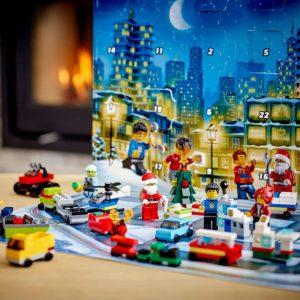 LEGO_60268_City_Adventskalender_2020_Weihnachten_Mini_Bauset_mit_Kleinstfahrzeugen_Santa_Schlitten_und_Board_Bauset
