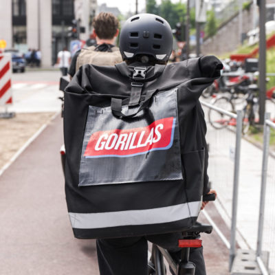 Gorillas Fahrradfahrer