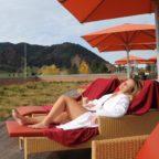 Frau_relaxed_im_Sessel