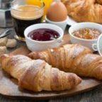 Croissant-Fruehstueck-300×200